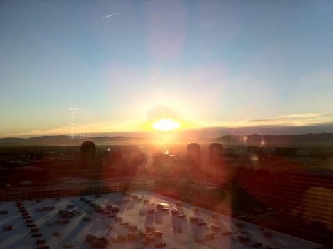 期せずして早起きしてしまったので、ホテルの部屋からみえる個人的な初日の出をパチリ。 #cesjp